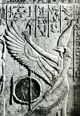 Коршуноголовая богиня Нехбет в белой короне Верхнего Египта на барельефе из гробницы Петосириса (Туна эль-Гебель)