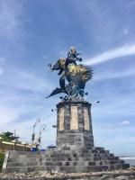 Макара. Скульптурная композиция на побережье к западу от Денпасара, остров Бали, Индонезия