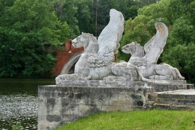 Статуи грифонов усадьбы Марфино
