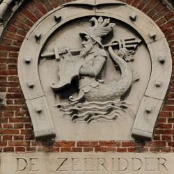 Зеериттер на вывеске дома во Фландрии