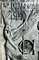 Змееглавая богиня Уто в красной короне Нижнего Египта на барельефе из гробницы Петосириса (Туна эль-Гебель)