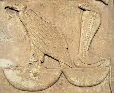 """Гриф Нехбет и змея Уаджет — великие матери царя. Фрагмент рельефа из """"Белого святилища"""" Сенусерта I в Карнаке, XII династия"""