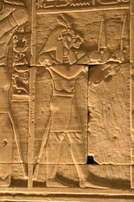 Львиноголовый бог войны Маахес с ножами в каждой руке