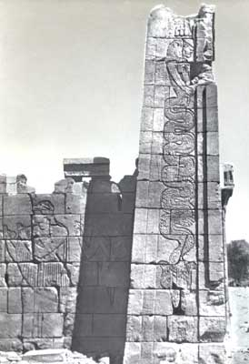 Мероитский бог Апедемак в виде львиноголовой змеи. Стела храма в Нагаа, Судан