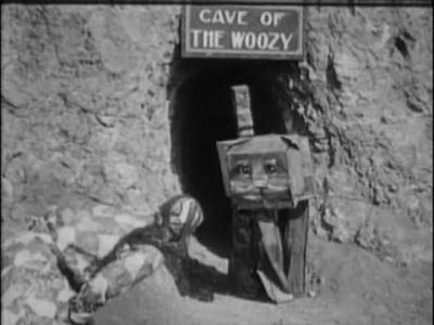 Вузи выходит из своей пещеры к лоскутушке. Кадр из фильма «Лоскутушка из страны Оз» (The Patchwork Girl of Oz, 1914)