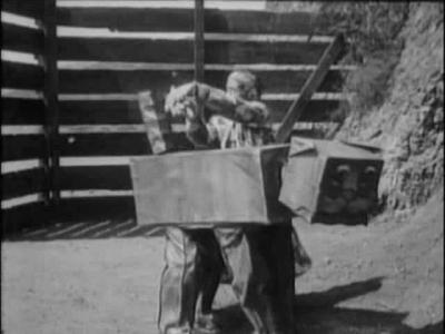 Лоскутушка пытается добыть три волоска из хвоста Вузи. Кадр из фильма «Лоскутушка из страны Оз» (The Patchwork Girl of Oz, 1914)