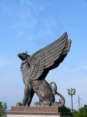 Грифон на въезде в город Керчь