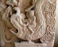 Барельеф с изображением макары-линдвурма из археологического комплекса Самборпрейкук (Камбоджа)