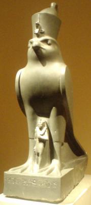 Статуэтка, изображающая Нектанеба II под защитой сокола Хора