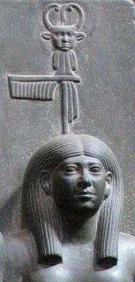 Богиня Бата со штандартом, на котором изображена женщина с рогами коровы