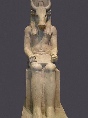 Известняковая статуя Монту с головой быка