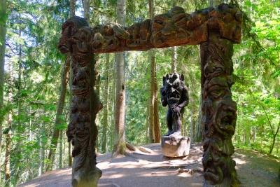 Черт-вяльняс и ворота ада. Деревянная скульптура на горе ведьм в Юодкранте, Литва