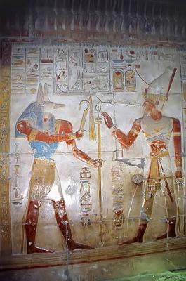 Упуаут вручает скипетр фараону. Барельеф храма Сети I в Абидосе
