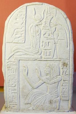Змеинообразная богиня Меритсегер в короне. Древнеегипетска стелла. Новое царство