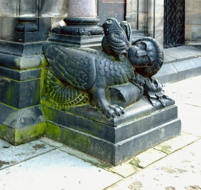 Лев и дракон. Скульптурная композиция у входа в Бременский кафедральный собор