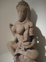 Скульптура йогини Хаягривы с ребенком на руках