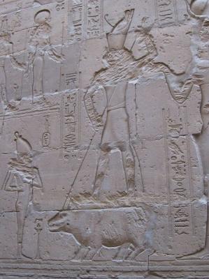 Бог Гор поражает копьем бегемота, служащего Сету. Барельеф храма Эдфу