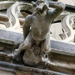 Горгулья-оборотень (ругару) на фасаде собора Нотрдам-де-Мулен (Алье)