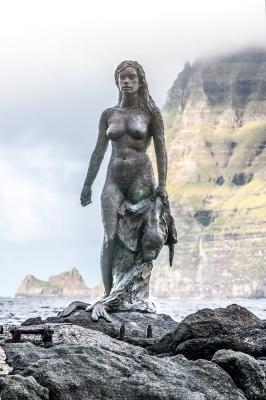 Памятник Копаконе-Шелки на Фаррерских островах, неподалёку от Микладеалура