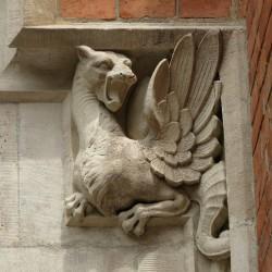 Скульптурное изображение виверны на краковском здании