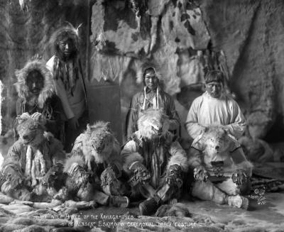 Танец волков. Группа инуитов Аляски в ритуальных костюмах. Фото братьев Ломен, 1903-1915