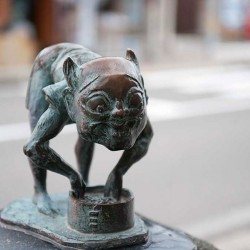 Адзуки-арай. Статуя на улице Шигеру Мизуки