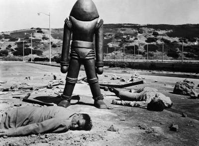 """Рекламное фото к фильму """"Земля против летающих тарелок"""" (Earth vs. Flying Saucers, 1956)"""