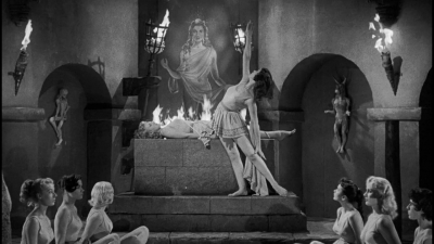 "Кадр из фильма ""Огненные девы из космоса"" (Fire Maidens from Outer Space, 1956)"