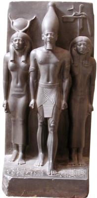 Статуя фараона Менкаура в окружении богинь Хатхор и Инпут