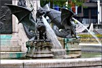 Скульптуры драконов у подножья Драконьего фонтана в Хертогенбосе, Нидерланды