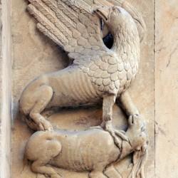 Грифон и олень (барельеф, кафедральный собор Фиденцы, Италия)