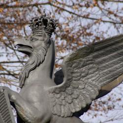 Статуя грифона на воротах в Ботанический сад Карлсруэ