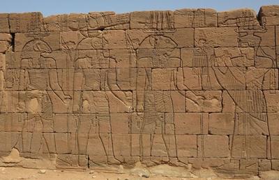 Аманиторе, царица Куша, приветсвует Апедемака, Гора и Хнума. Храм Апедемака. Нагаа