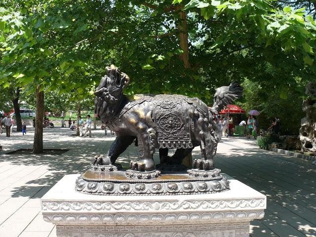 Скульптура дракона Хоу в Пекинском зоопарке