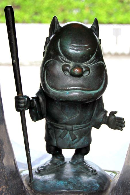 Момондзии. Статуя в Сакаиминато, на улице Шигеру Мизуки