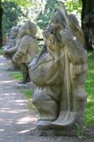 Статуи цвергов-гномов в парке Мирабель
