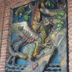 Нидхёгг на стене ратуши Осло. Деревянный барельеф