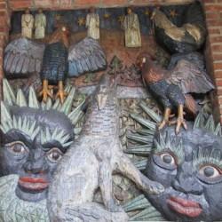 Пес Гарм на стене ратуши Осло. Деревянный барельеф
