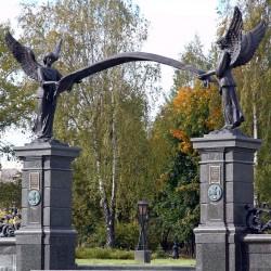 Статуи ангелов. Вход на Минское Братское воинское кладбище 1914-18 гг.