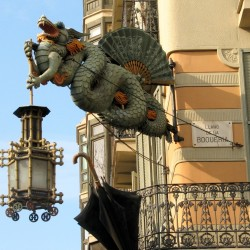 "Дракон-фонарщик. ""Статуя"" в Барселоне"