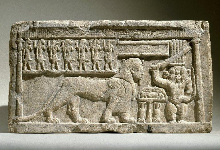 Барельеф с изображениями богов Туту и Бэса