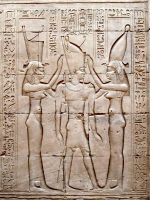 Фараон Птолемей VIII между богинями Уаджит и Нехбет. Барельеф на стене храма Эдфу