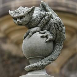 Кошкообразная горгулия. Садовая статуя