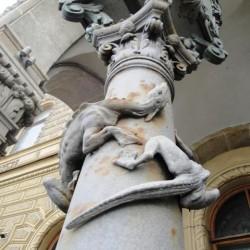 Скульптурная композиция, украшающая фонарные столбы входной группы Дома Ученых в Санкт-Петербуге