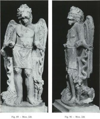 Мраморная скульптура львиноголового существа с Кербером у ног