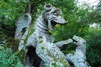 Дракон сражается со львом, собакой и волком. Скульптурная композиция в Священном лесу