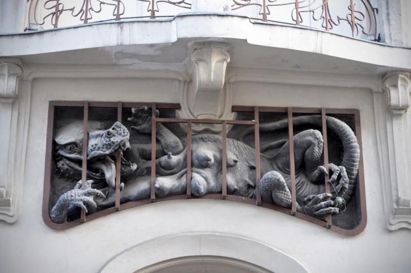 Дракон-мама. Скульптурное украшение балконной решетки