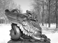 Одна из четырех статуй на Драконовом мосту в Пушкине