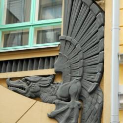 Один из двух декоративных драконов на таллинском здании