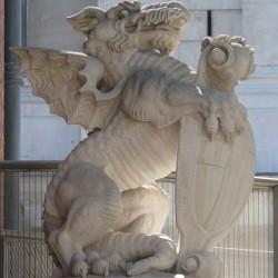 Статуя дракона у лондонского кафедрального собора